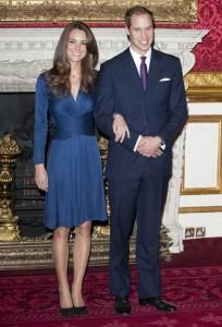 kate eligio un sencillo vestido azul a juego con el anillo 204x300 Kate Middleton, una princesa moderna