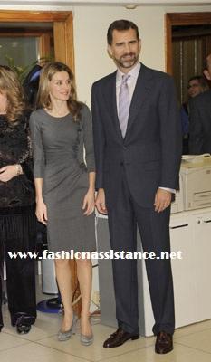 Dña. Letizia visita la Cadena Cope y repite por cuarta vez uno de sus vestidos favoritos, un diseño en gris de Felipe Varela