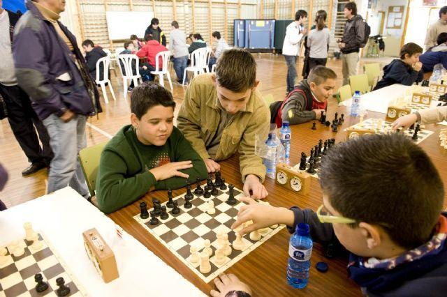 Los ganadores del VII Torneo Intercentros de Ajedrez alzan sus trofeos, Foto 4