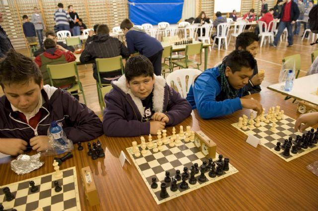 Los ganadores del VII Torneo Intercentros de Ajedrez alzan sus trofeos, Foto 5
