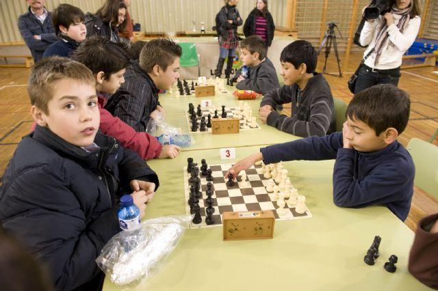 Los ganadores del VII Torneo Intercentros de Ajedrez alzan sus trofeos, Foto 3