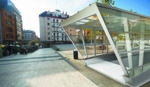 Plaza Martin Santos. Fotomontaje de una boca en la plaza Martin Santos, de donde partirá un ramal para conectar con la línea del Metro. diariovasco.com