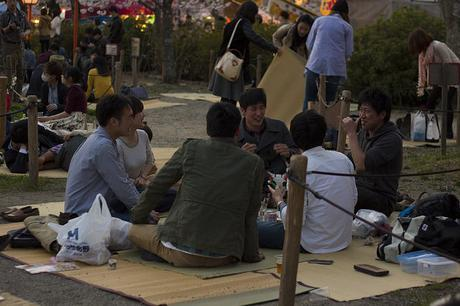 Jóvenes charlando en el parque Maruyama, en Kioto – Foto de: Japanexperterna