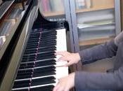 niño años toca piano igual Mozart