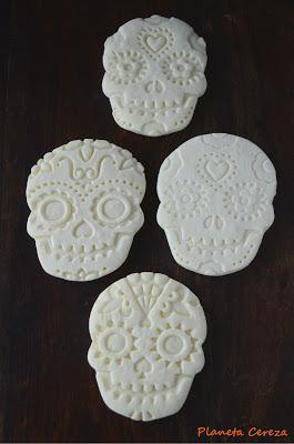 Calaveras mexicanas de maicena y leche condensada