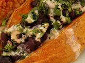 Batatas asadas rellenas judías negras, arroz quinoa salsa cacahuete tahini