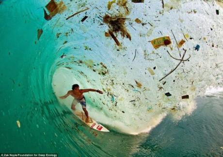 surf-indonesia-con-basura-blog-el-barrio-verde-tenerife