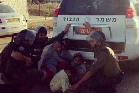 Los niños soldados Protección árabe de los cohetes de Hamas.