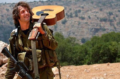 Y tocar la guitarra.