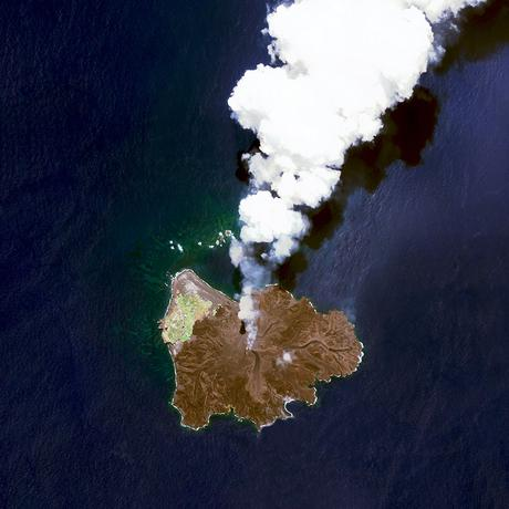 25-nishinoshima-volcanic-activity