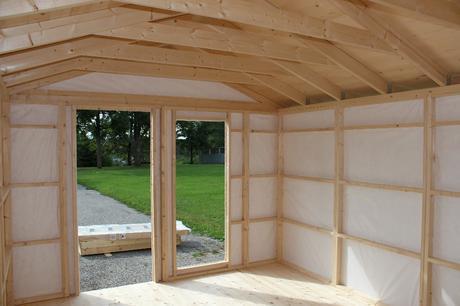 Interior caseta de madera nórdica sin revestir