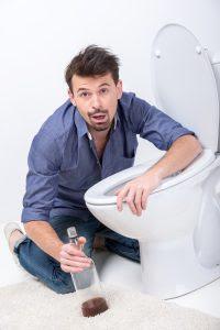 Dolor en medio del estómago después beber alcohol o cafeína