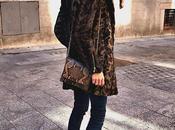 coat, vestido jeans sneakers