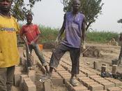 Bangui. pobres reconstruyen casas