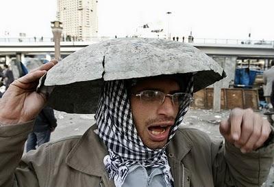 Mubarak se aferra al poder y la gente se atrinchera.