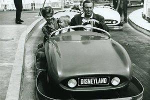 Reproducción de una fotografía de 1957 en la que aparece Disney junto a su familia en el coche 'Disneyland Autopia'.   Efe.