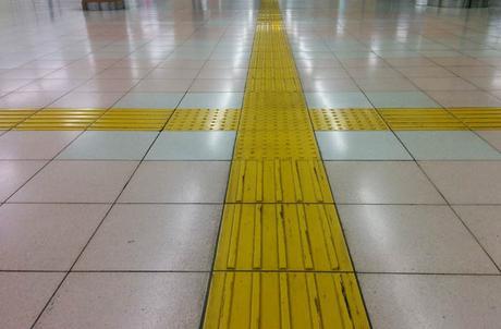 Baldosas amarillas con relieve para ayudar a los invidentes a caminar curiosidades de Japón