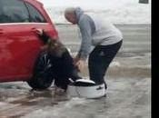 risa hilarante red: madre canadiense cómo resbala hija hielo