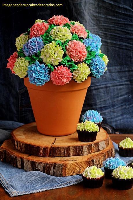 como formar un pastel con cupcakes decorados