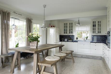 Una casa blanca de estilo n rdico cl sico rom ntico - Casas estilo romantico ...
