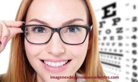 imagenes de mujeres con lentes de aumento opticos