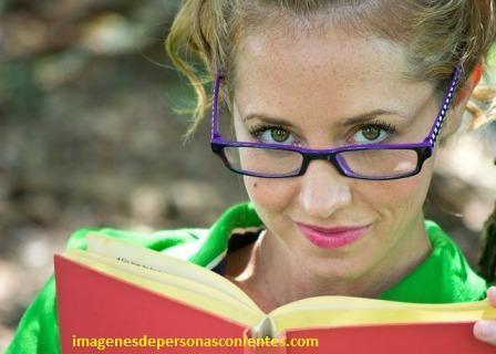 imagenes de mujeres con lentes de aumento modernos