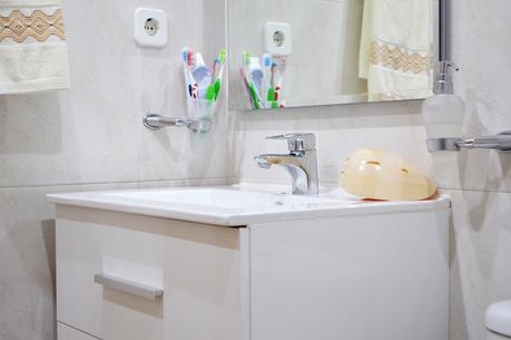 Como instalar un plato de ducha una mampara y un mueble for Como instalar una regadera de bano