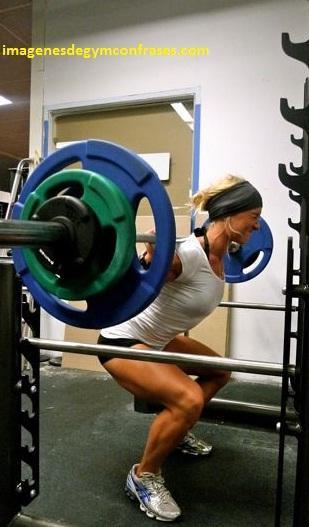 fotos de mujeres en el gimnasio entrenando pesas
