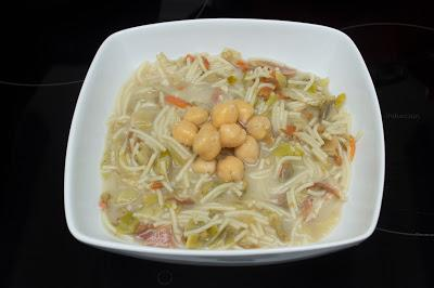 Sopa juliana con garbanzos y jamón
