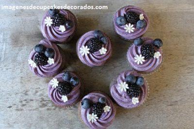 cupcakes decorados con crema frutas