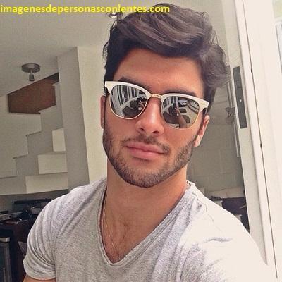 fotos de hombres guapos con gafas modelos