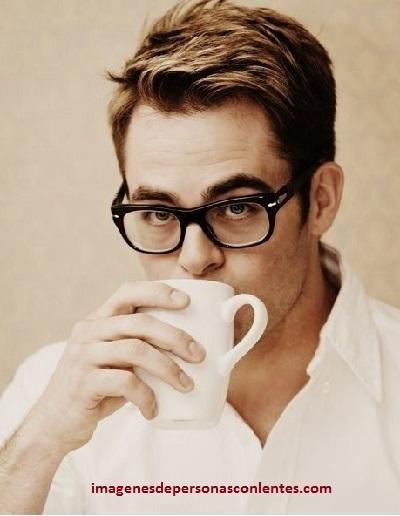 fotos de hombres guapos con gafas famosos