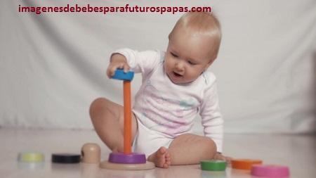 niños jugando con juegos didacticos infantiles
