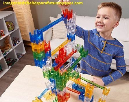 niños jugando con juegos didacticos divertidos