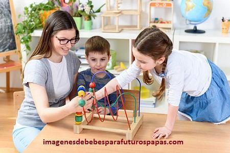 niños jugando con juegos didacticos interactivos