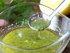 Cómo hacer salsa ajo-limón perejil para pescados