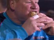 pasó! Arquero inglés devoró tremendo sándwich pleno partido [Video]