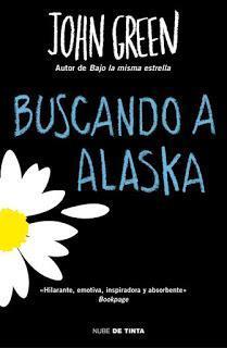 Portada del libro Buscando a Alaska, de John Green, en la que en un fondo negro con letras del título en azul, hay una margarita con un pétalo deshojado.