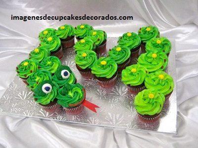 pasteles hechos con cupcakes cumpleaños