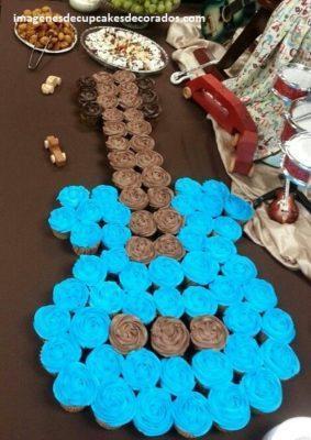 pasteles hechos con cupcakes decorados