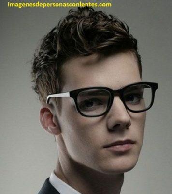 Mejores peinados para hombres con lentes