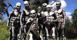 La tribu chimbu y el baile de los esqueletos.