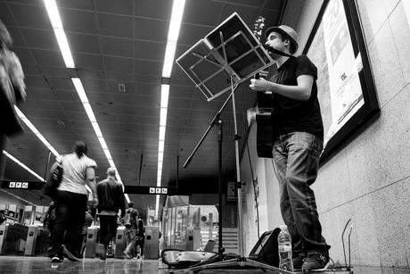 Breo Martínez, músico en el metro de Barcelona