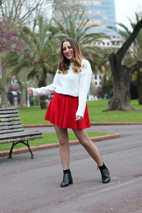 Outfit con falda roja y medias de rejilla
