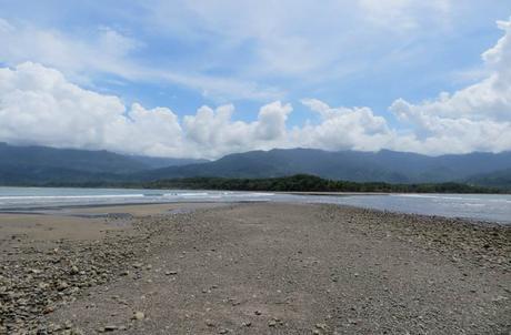 Vista de la manga de arena que une el arrecife de rocas con la playa Marino Ballena