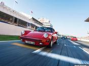 coches clásicos posan pista para sesión fotográfica.