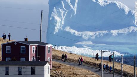 Un impresionante #iceberg sorprende a una pequeña ciudad en #Canadá  (FOTO)