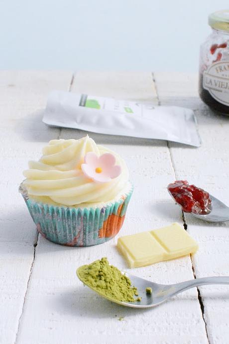 Cupcakes de te verde matcha y chocolate blanco rellenos de mermelada de frambuesa