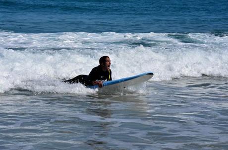 Estefanía, surfeando el segundo día surfear en Galicia