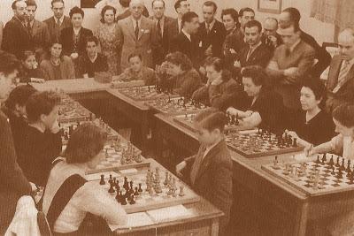 Arturito Pomar dando unas simultáneas de ajedrez en el local de Mundo Deportivo, Barcelona, 17 de mayo de 1943